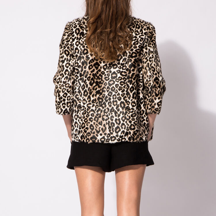 Long leopard-print jacket : An invitation to travel color